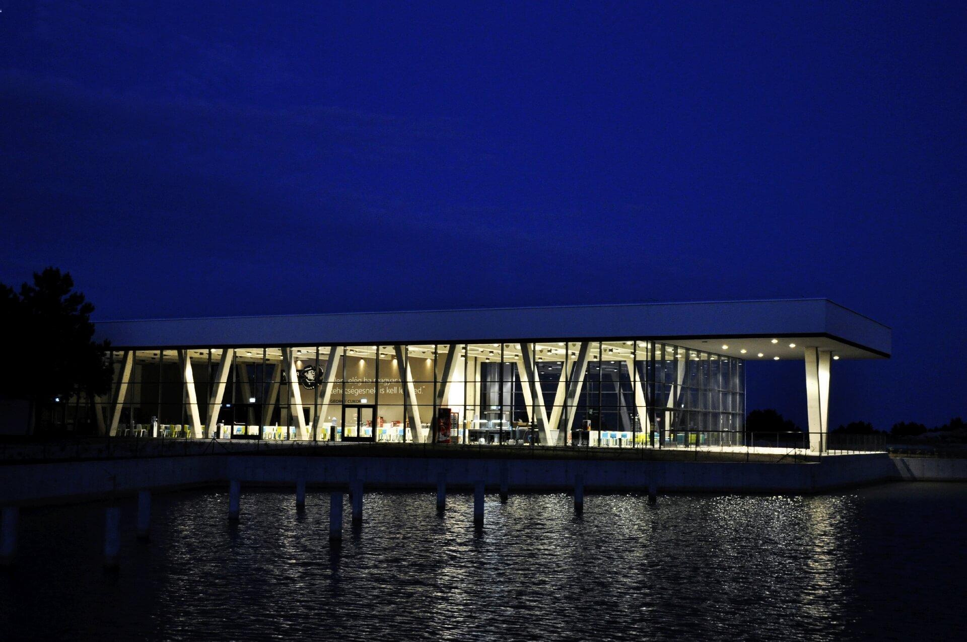 Korda Filmpark Látogatóközpont éjjeli világítással